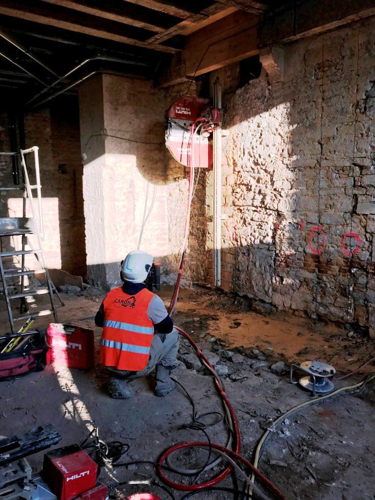 Sciage d'un mur en pierre